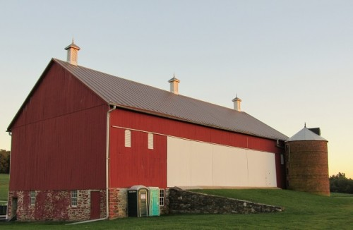 The barn at the Thomas Farm. Why would they put outhouses here to ruin my pretty picture!