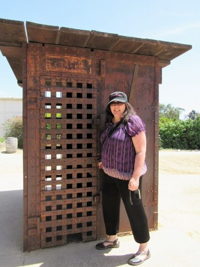 Renée posing with the jail - they didn't let you go inside though...